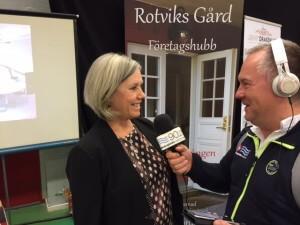 Rotviks Gårds Pia Törnstrand intervjuas av Skärgårdsradion